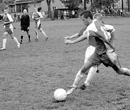 O piłkę walczy Łukasz Głowacki z Juniora Szarlejka.