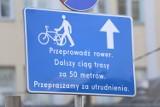 """Nietypowy znak na Towarowej. """"Przeprowadź rower. Dalszy ciąg trasy za 50 metrów"""". ZDM wyjaśnia"""