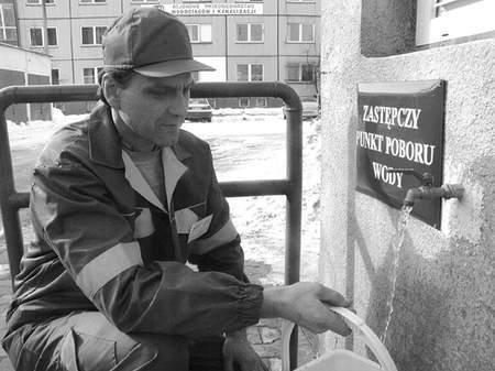 Józef Stawski, pracownik RPWiK, pokazuje awaryjny punkt czerpania wody, znajdujący się na terenie przedsiębiorstwa. Fot: MAGDALENA CHAŁUPKA