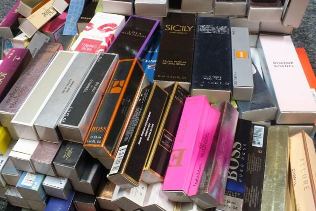 Koszalińska policja skonfiskowała podróbki perfum i zabawek oraz odzieży.