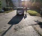 Kierowcy w Bydgoszczy parkują na całej szerokości chodnika. Blokują przejście pieszym. Czytelnik prosi o interwencję!