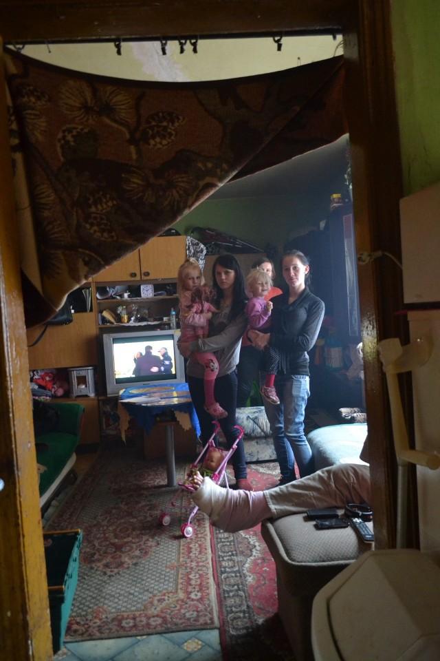 Rodzina mieszka w fatalnych warunkach