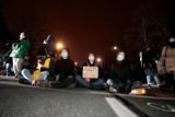 Strajk klimatyczny w Warszawie. Policjanci znosili blokujących z jezdni