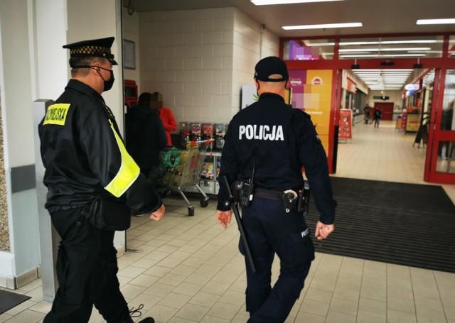 Policjanci z Brodnicy od soboty, 10 października sprawdzają, czy mieszkańcy zasłaniają w miejscach publicznych usta i nos