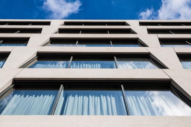 Według danych GUS, w 2020 roku w Polsce funkcjonowało 2498 hoteli z ponad 276 tysiącami miejsc noclegowych.