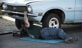 Kierowco, tego nie rób. Najbardziej absurdalne samodzielne naprawy samochodów! Sprawdź listę grzeszków polskich kierowców