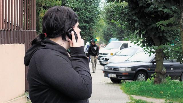 Policja ostrzega młodych bełchatowian przed oszustem kradnącym komórki