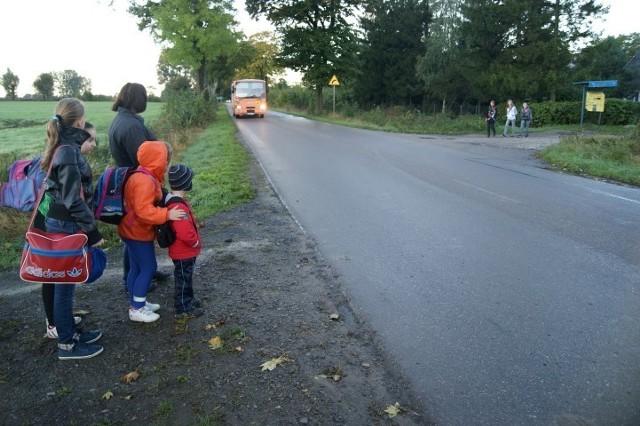 Niebezpieczny przystanek w Lubiszynku Drugim. Rodzice boją się o swoje dzieci.