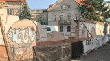 Akademia Kaliska remontuje zabytkowy mur otaczający siedzibę dawnego banku. ZDJĘCIA