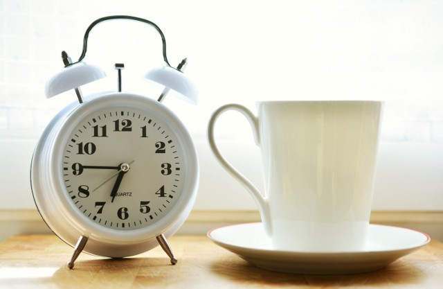 Wiele osób nie radzi sobie dobrze z nieregularnym trybem życia. Szacuje się, że ok. 40 procent pracowników zmianowych i nocnych nie zapewnia sobie odpowiedniej ilości snu z powodu trudności w dopasowaniu życia do grafiku zajęć. Około 10 proc. cierpi na bezsenność i odczuwa wyczerpanie w ciągu dnia. W badaniach fińskich tolerancja pracy w niefizjologicznych porach okazała się mniejsza u osób z wariacją genu MTNR1A. Ma ona związek z obniżoną produkcją melatoniny w odpowiedzi na brak światła, co utrudnia nie tylko zasypianie, ale też dostrojenie wewnętrznego zegara biologicznego organizmu do rytmu dnia i nocy. Takie osoby będą też szczególnie odczuwać efekty sezonowej zmiany czasu zaledwie o godzinę.  By odczuć negatywne skutki zmiany czasu, nie trzeba zmieniać kontynentu ani godzin pracy. Szkodliwe działanie ma też popychanie i cofanie zegara, nocne życie towarzyskie, a nawet niedosypianie. Efekty te manifestują się po długim czasie w postaci wzrostu ryzyka rozwoju przewlekłych chorób.   Sprawdź, jakie są negatywne skutki przestawiania zegara i godzin codziennej aktywności.