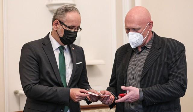 Bronili punktu szczepień w Grodzisku Mazowieckim. Otrzymali odznaczenia od ministra