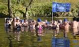Krośnieńskie Morsy zainaugurowały sezon morsowania wspólną kąpielą w Wisłoku [ZDJĘCIA]