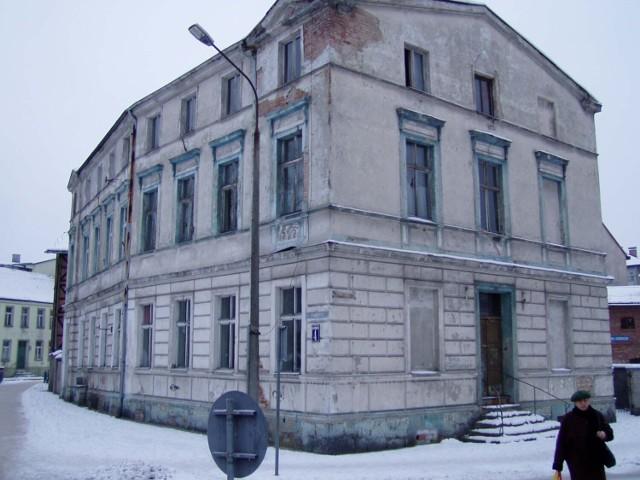 Ta kamienica na placu Sowińskiego w Szczecinku została zburzona do fundamentów i odbudowana