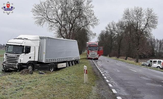 Powiat biłgorajski. Zderzenie osobówki z tirem. 24-latek i 2-letnie dziecko wylądowali w szpitalu