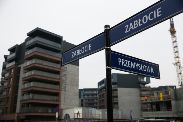 XIII dzielnica (Podgórze), której częścią jest Zabłocie, szybko się rozwija. W tym roku populacja jej stałych mieszkańców może przekroczyć 40 tys. To więcej niż żyje w dzielnicy I (Stare Miasto), II (Grzegórzki), V (Krowodrza) i VI (Bronowice). A Zabłocie stało się także ulubionym lokum coraz liczniejszych pracowników przybywających do Krakowa z około 150 krajów świata.