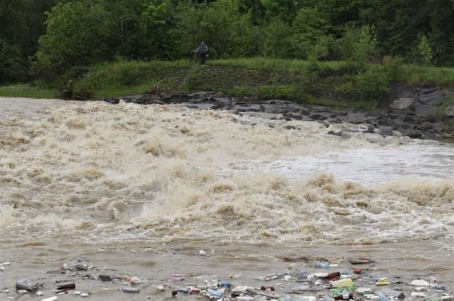 Kamienicą, wraz z wezbraną, wodą płyną śmieci