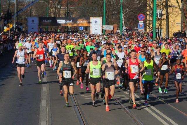 12. PKO Poznań Półmaraton 14 kwietnia (niedziela)  To największy bieg w Wielkopolsce, który w tym roku znów celuje w rekord frekwencji. W 2016 r. na mecie zameldowała się rekordowa liczba biegaczy. Dokładnie 11 346 osób przekroczyło linię mety, ustanawiając tym samym rekord frekwencji. Obecnie w rankingu polskich biegów rozgrywanych na dystansie 21,097 km Poznań Półmaraton zajmuje wysokie 2. miejsce.  Przejdź dalej --->