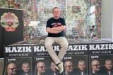 """Kazik Staszewski """"w niedyspozycji wokalnej"""". Zespół Kult przekłada koncerty i publikuje zdjęcie Kazika Staszewskiego w masce tlenowej"""