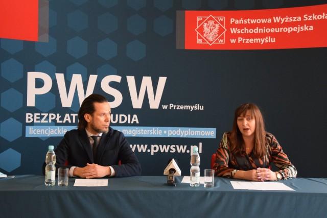 W PWSW w Przemyślu powstał kierunek magisterski inteligentne technologie. Nz. rektor PWSW dr Paweł Trefler i dyr. Instytutu Nauk Technik PWSW dr dr inż. Wioletta Tomaszewska-Górecka.