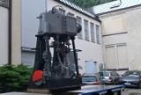 Siedmiotonowy silnik trafił do Morskiego Centrum Nauki w Szczecinie. Jak go przetransportowano? ZDJĘCIA