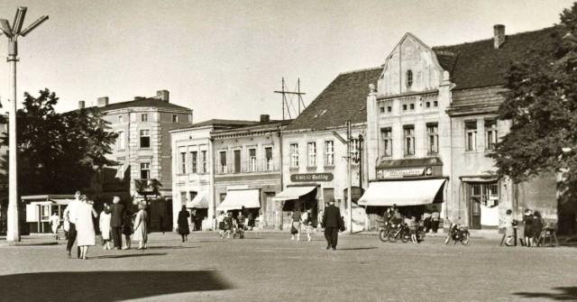 Budynek nr 11 mieścił niegdyś w swoich murach aptekę. Został wybudowany przez aptekarza Krzysztofa Kading.   - Istnieje przypuszczenie, że w tym miejscu apteka istniała już w XVII wieku. Pierwsza wzmianka o aptece w Chodzieży pochodzi z roku 1645 – pisze Roman Kabat.