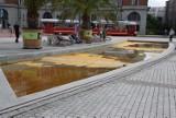Ktoś zanieczyścił Sztuczną Rawę na rynku. Trwa czyszczenie fontanny ZDJĘCIA