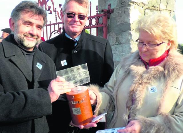 """""""Buski Waldorff"""" - Leszek Gadawski (z lewej), na zaduszkową kwestę jak co roku zaprosił wojewodę Bożentynę Pałkę-Korubę."""