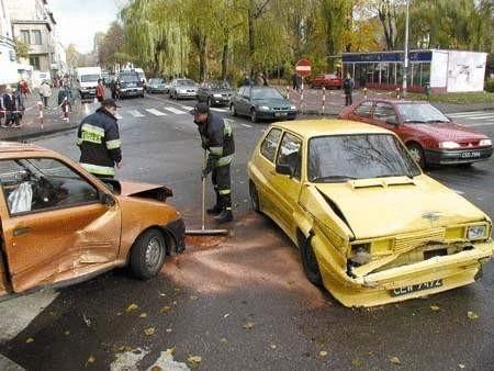Jeden z kierowców nie zastosował się do zasad ruchu i spowodował groźne zderzenie samochodów. Fot. JACENTY DĘDEK