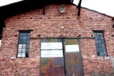 Mieszkańcy i podróżni pozostawili swój ślad na dworcu kolejowym w Krośnie Odrzańskim. Zobaczcie te napisy na cegłach budynku PKP!