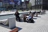 Trwa demontaż leżaków nad Sztuczną Rawą na rynku w Katowicach ZDJĘCIA