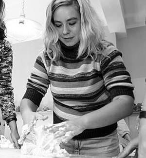 Anna Budzynowska ugniata masę solną.