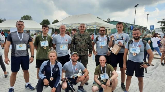 Biegacze z Grójca na mecie zmagań, które odbyły się w miniony weekend w Książenicach.