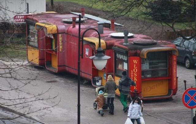 Czerwone budki to jedno z najbardziej znanych miejsc w Nowej Soli. Adres został, ale śladu nie ma dawnych kioskach z fast foodami. Kliknij w zdjęcie i przejdź do galerii. Zobacz kultowe miejsca w Nowej Soli, których już nie ma.