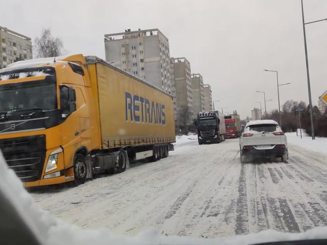 Paraliż Armii Krajowej i Dekabrystów. Tiry utknęły na zaśnieżonej jezdni