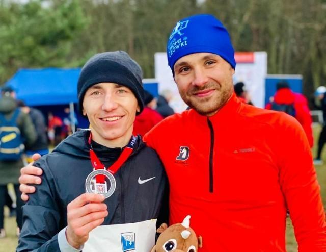 Biegacz SKB Kraśnik - Kamil Jastrzębski (z lewej), zdobył w 2020 roku swój kolejny medal w imprezie rangi mistrzowskiej
