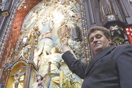 Ksiądz Andrzej Stasiak prezentuje  poświęconą figurę.  Olgierd Górny