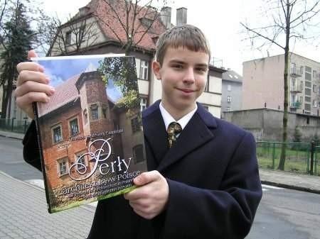 """- Dostałem w nagrodę """"Perły architektury w Polsce"""". To porządna książka - mówi Krzysztof Baniecki. FOT. BERNARD ŁĘTOWSKI"""