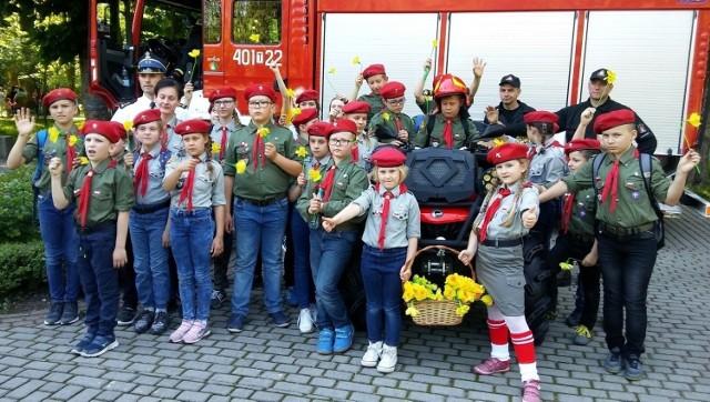 """Stoisko buskich strażaków odwiedziły podczas festynu także słynne """"Czerwone Berety"""" - zuchy z Siesławic."""
