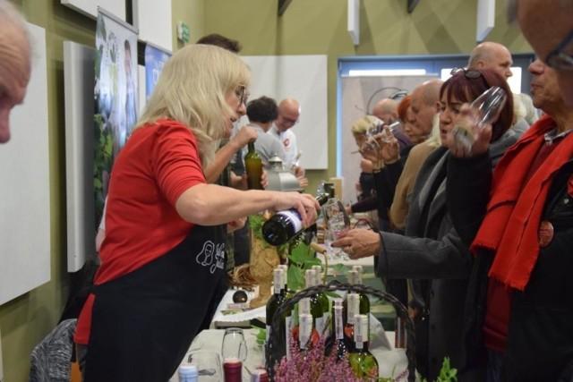 """11 listopada w Lubuskim Centrum Winiarstwa odbyła się 4. edycja Święta Młodego Lubuskiego Wina. Na odwiedzających czekało mnóstwo atrakcji i niespodzianek.   Przy wejściu każdy dostawał kieliszek, z którym można było udać się na wielką salę, w której odbywała się degustacja wina z lokalnych winnic. Na stołach znalazły się nie tylko najróżniejsze rodzaje tego alkoholu, ale również poczęstunki od winiarzy - sery i świeży chleb z nietypowymi dodatkami. W tym roku wydarzenie odbywało się pod nazwą ,,Gęsina na Świętego Marcina"""", dlatego na stoiskach z jedzeniem znajdowała się głównie gęś.   Dużym zainteresowaniem ze strony uczestników cieszyły się warsztaty pt. ,,Sztuka czytania i podawania wina"""", które poprowadziła Patrycja Racinowska-Kołłątaj. Wyjaśniła gościom m.in. w jaki sposób poprawnie degustować wino , jak poznawać jego zapach i w jaki sposób powinno się trzymać kieliszek. W międzyczasie w wiacie na zewnątrz odbywał się pokaz przygotowania grzanego wina po lubusku.   Następnie przyszedł czas na pokaz kulinarny Mateusza Gesslera, który gotując rozbawiał publiczność do łez. Po pokazie publiczność mogła spróbować dań przygotowanych przez znanego mistrza kuchni.   Zwieńczeniem imprezy był oczywiście konkurs na najlepsze lubuskie młode wino, który na stałe wpisał się już w tradycję tej imprezy. Wielu winiarzy podchodzi do tego bardzo poważnie, bowiem wygrana wiąże się z dużym prestiżem.   Zobacz: Szlakiem Lubuskich Winnic: Winnica w Zaborze"""