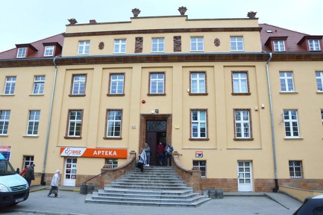 Dziś to ul. Chopina 21, przed wojną Kaiser Wilhelm Straße. To własnie tu, w zabytkowym budynku znajdował się urząd finansowy miasta Zielona Góra. Kamienica zachowała w sobie jeszcze wiele elementów, które mogli podziwiać mieszkańcy przedwojennego Grünbergu. Budynek powstał w latach 1927-28. Jest to konstrukcja modernistyczna. Widać na niej detale ważne z perspektywy historii naszego miasta.   Przeczytaj też: http://www.gazetalubuska.pl/wiadomosci/miedzyrzecz/a/byly-burmistrz-miedzyrzecza-tadeusz-dubicki-skazany,11952548/