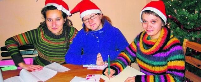 Trzy piękne pomocnice św. Mikołaja pomagają mu w odpisywaniu na listy dzieci. A te wyglądają różnie (zdjęcia powyżej)