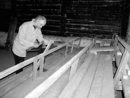 Prace przy adaptacji stodoły na potrzeby teatru już rozpoczęto. Na fotografii Stanisław Kałkus. Foto: KATARZYNA KULIŃSKA-PLUTA
