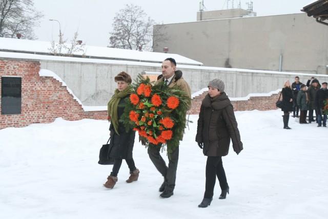 Złożenie kwiatów na stacji Radegast. Dni Pamięci o Ofiarach Holocaustu w Łodzi