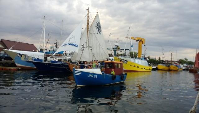 Port w Jastarni. Został zbudowany w okresie 20-lecia międzywojennego (w latach 1926-31). Podczas działań wojennych port został zniszczony, ale odbudowano go w latach 1947-49. Jastarnicki port jest przystanią rybacką i żeglugi pasażerskiej. Położony od strony Zatoki Puckiej. Składa się z basenu portowego, którego część zachodnia jest przeznaczona dla kutrów i łodzi rybackich, a w części wschodniej znajduje się marina jachtowa przeznaczona dla rekreacji i sportów wodnych.