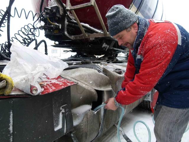 Resztki paliwa z uszkodzonego baku zlewano do beczek