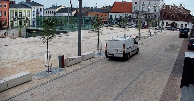 Na Starym Rynku w Częstochowie zainstalowano nowe kamery  Zobacz kolejne zdjęcia. Przesuwaj zdjęcia w prawo - naciśnij strzałkę lub przycisk NASTĘPNE