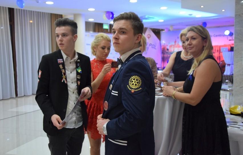 Podczas licytacji na balu charytatywnym Rotary Club w...