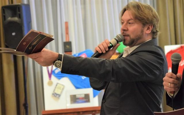 Michał Milowicz licytuje gadżety na balu charytatywnym Rotary Club w Grudziądzu, w restauracji Rudnik