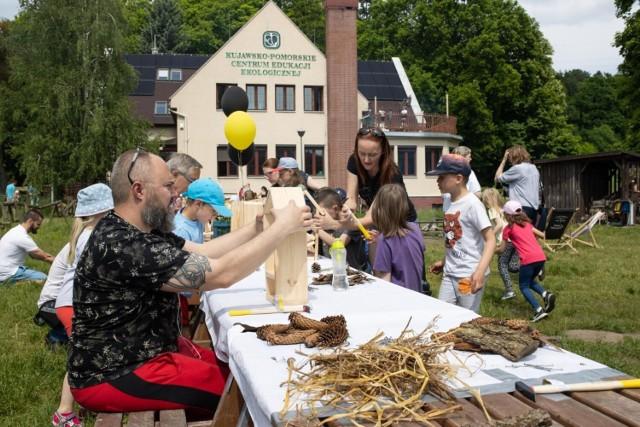 Dzieci i dorośli poznali życie pszczół i zbudowali domki dla owadów zapylających podczas ekowarsztatów w Kujawsko-Pomorskim Centrum Edukacji Ekologicznej Szumilas w Myślęcinku w Bydgoszczy