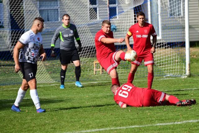Na boisku w Szynwałdzie doszło do podziału punktów pomiędzy LZS Wałdowo (na czerwono) i Fuksem Wielowicz.
